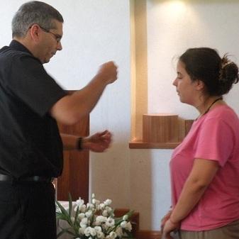 Sofía recibiendo la cruz misionera