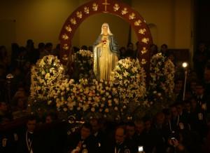 La Virgen ingresa al templo cargado por el P. Juan Carlos Rivva, párroco sodálite
