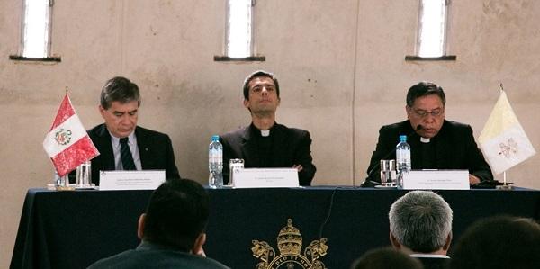 Dr. Gustavo Sánchez Rojas, P. Carlos Rosell y el P. Pedro Hidalgo Díaz durante la presentación de 'Benedicto XVI. Un Papa en diálogo'