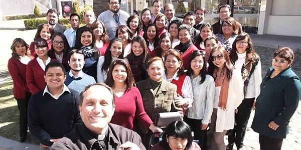 La familia de la Dirección de Comunidad Universitaria de la Universidad Católica San Pablo en el marco del 20º aniversario de la casa de estudios