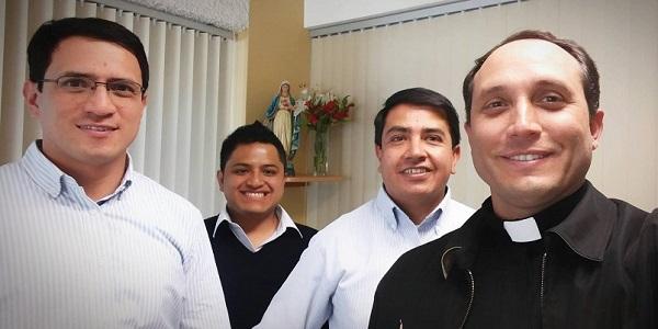 De izquierda a derecha: Renzo Moreno, César Ramírez, Víctor Montalvo y el P. Gianfranco Castellanos. El equipo de Espiritualidad y Apostolado de la Universidad Católica San Pablo.