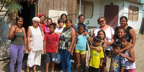 Miembros del equipo de Pan para mi Hermano y beneficiarios de la Campaña del Kilo en el AA.HH. Costa Azul de Ventanilla, Callao