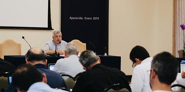 P. Gianfranco Ghirlanda, director de los ejercicios espirituales dirigiéndose a los asambleístas del Sodalicio.