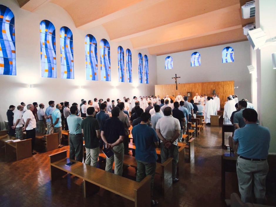 Miembros de la Asamblea participando de la Santa Misa durante los ejercicios espirituales