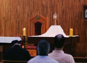 Hermanos sodálites en la adoración eucarística en medio de los ejercicios espirituales