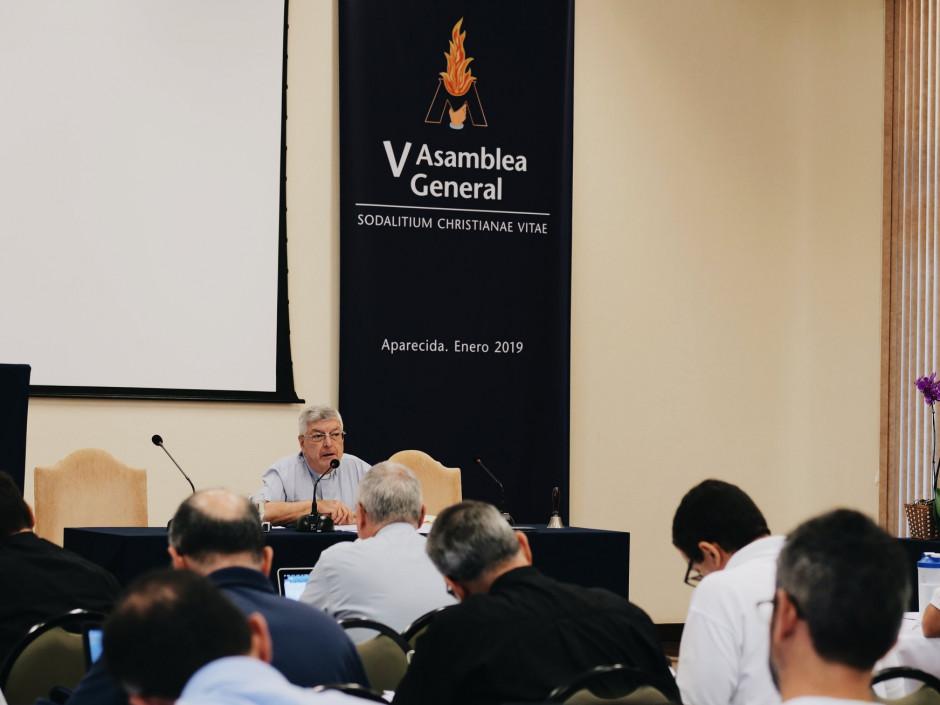 P. Gianfranco Ghirlanda, director de los ejercicios espirituales dirigiéndose a los asambleístas del Sodalicio