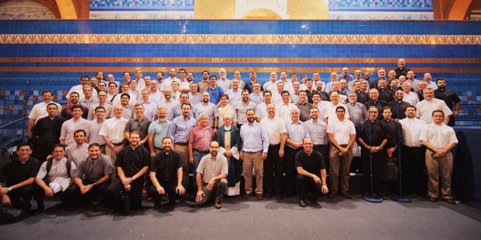 Participantes de la V Asamblea General a los pies de la imagen de Nuestra Señora Aparecida