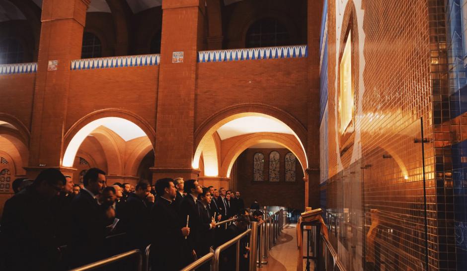 Miembros de la V Asamblea General rezando ante la imagen de Nuestra Señora Aparecida