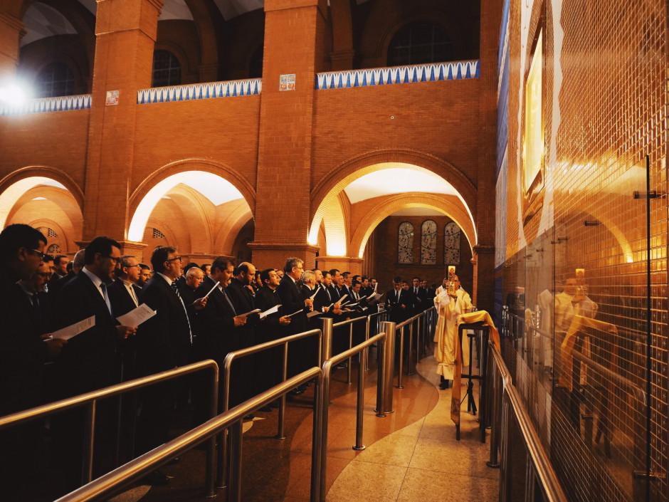 Entrada del Cirio Pascual, y la Palabra de Dios, que han acompañado todos los trabajos de la V Asamblea General