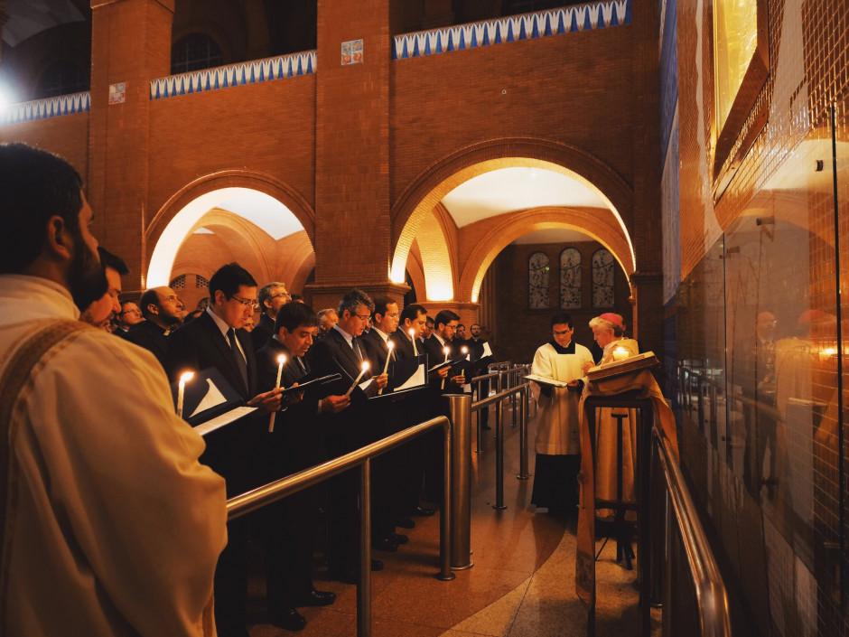 El nuevo Consejo Superior haciendo su Profesión de Fe delante de la imagen de Nuestra Señora Aparecida