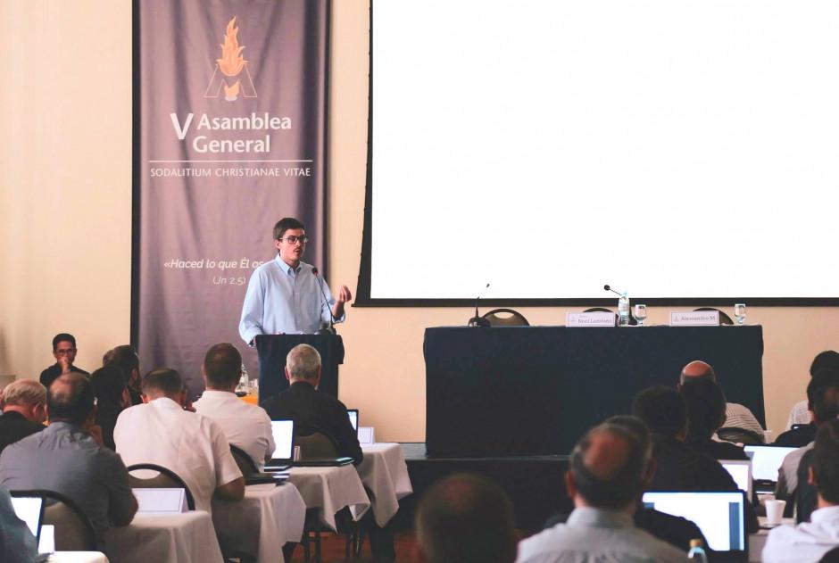 Francisco Aninat, explicando a los asambleístas los trabajos realizados en el Centro de Formación