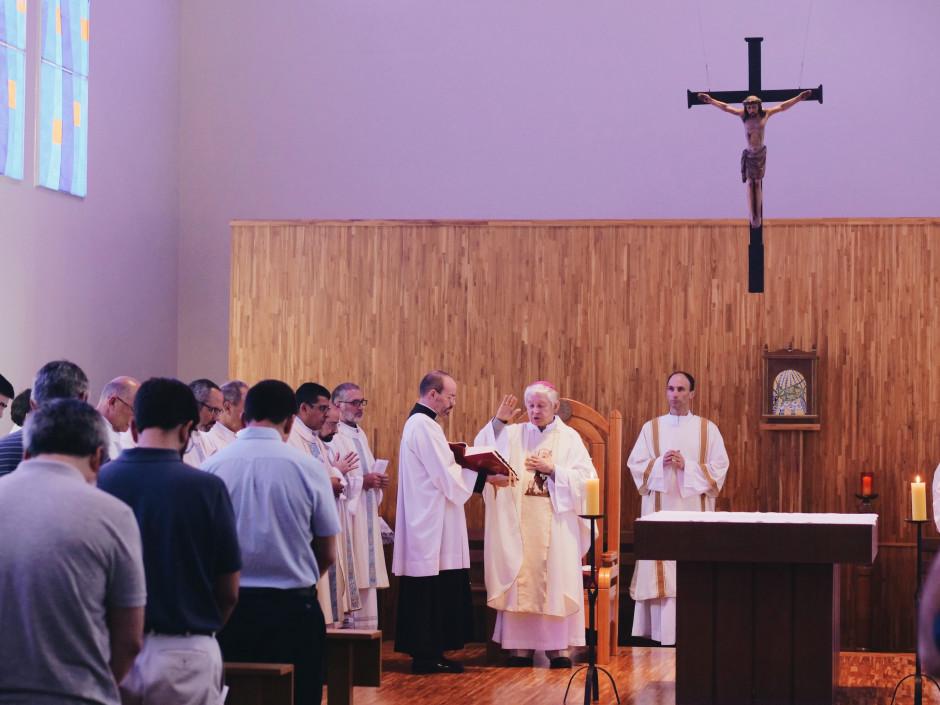 Mons. Noel Londoño, Comisario Apostólico del Sodalicio, impartiendo su bendición a los asambleístas
