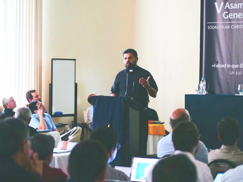 Diácono Juan David Velásquez exponiendo a los asambleístas sobre el apostolado en la Región Colombia