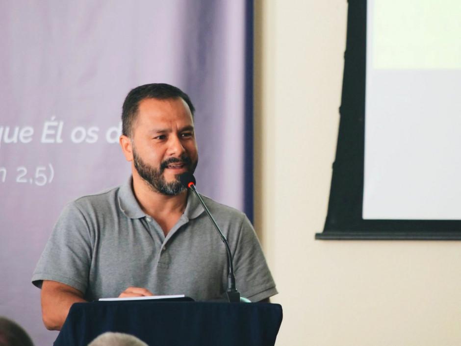 Andrés Quintanilla, exponiendo a los asambleístas sobre la labor solidaria en la Región Brasil