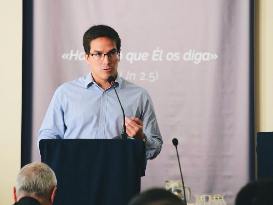 Adrián Meza, exponiendo a los asambleístas sobre la labor apostólica en Argentina