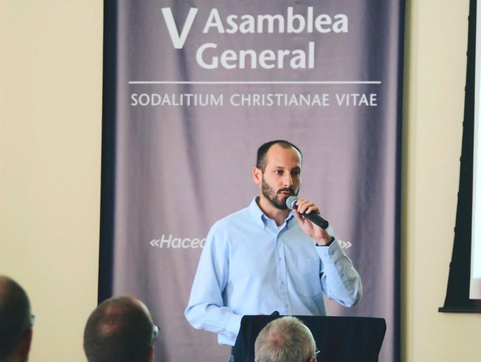 Carlos Zamalloa, exponiendo a los asambleístas sobre la misión apostólica en Chile