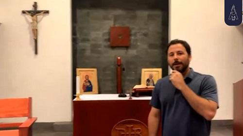 Javier de la Flor en la capilla durante el Open House de la comunidad sodálite en Costa Rica